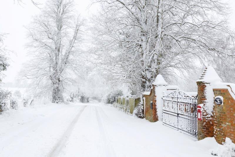 在英国乡下公路的雪在冬天 库存图片