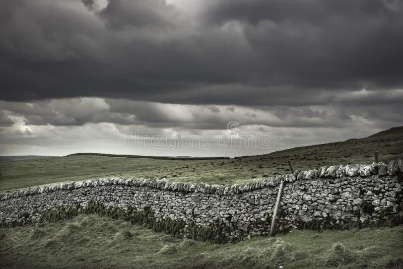在英国乡下的石墙 库存图片