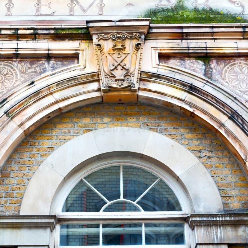 在英国伦敦砖和玻璃的老windon墙壁 免版税库存照片