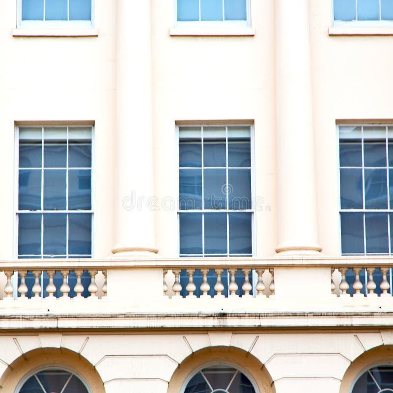 在英国伦敦砖和玻璃的老windon墙壁 免版税库存图片