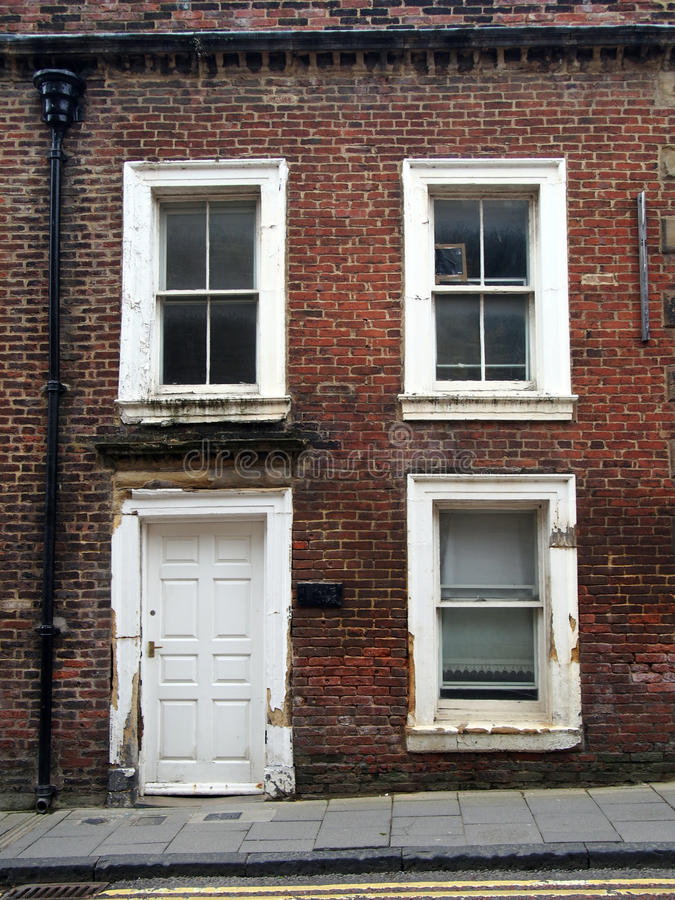 在英国北部的遗弃空的露台的房子 库存照片