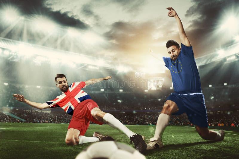 在英国和欧洲团结旗子上色的橄榄球或足球运动员 库存图片