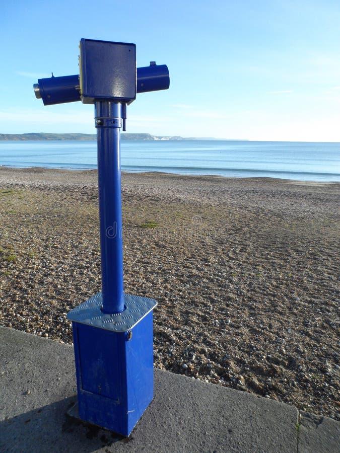 在英国海滩的公开望远镜 库存照片