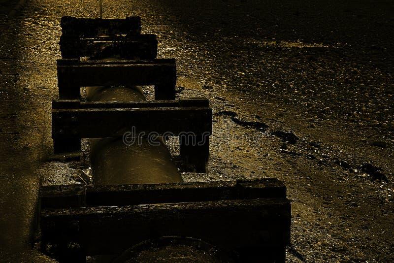 在英国海滩的老污水管子 免版税库存照片
