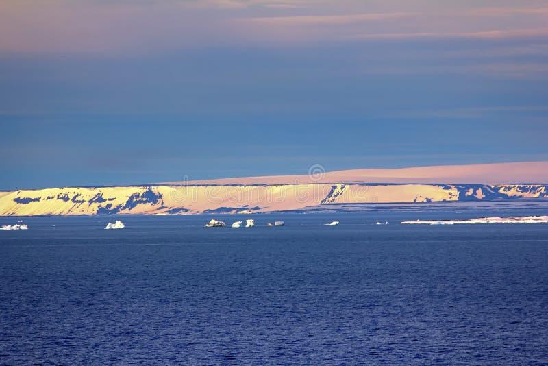在英国渠道的冰山 弗朗兹约瑟夫土地 免版税图库摄影