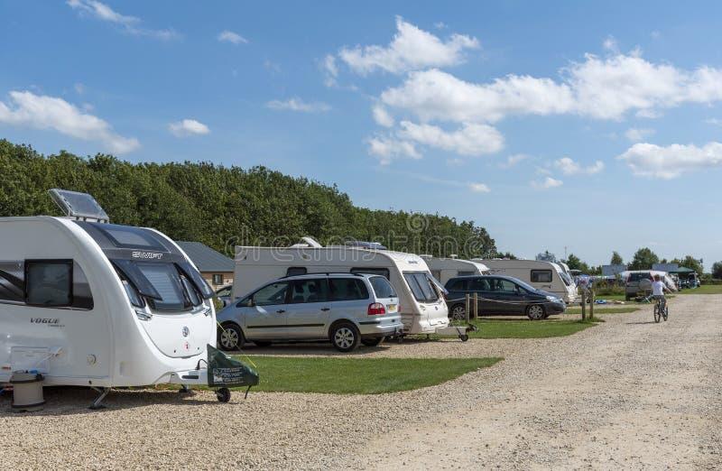 在英国科茨沃尔德地区的一处场地上的大篷车 图库摄影