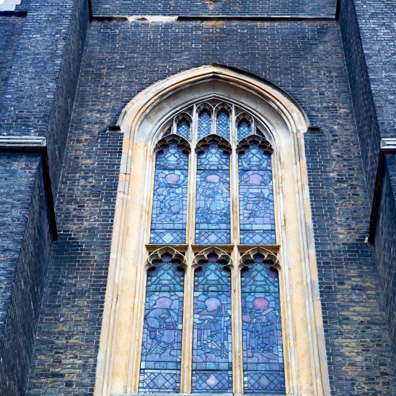 在英国lo ndon砖和玻璃的老windon墙壁 图库摄影