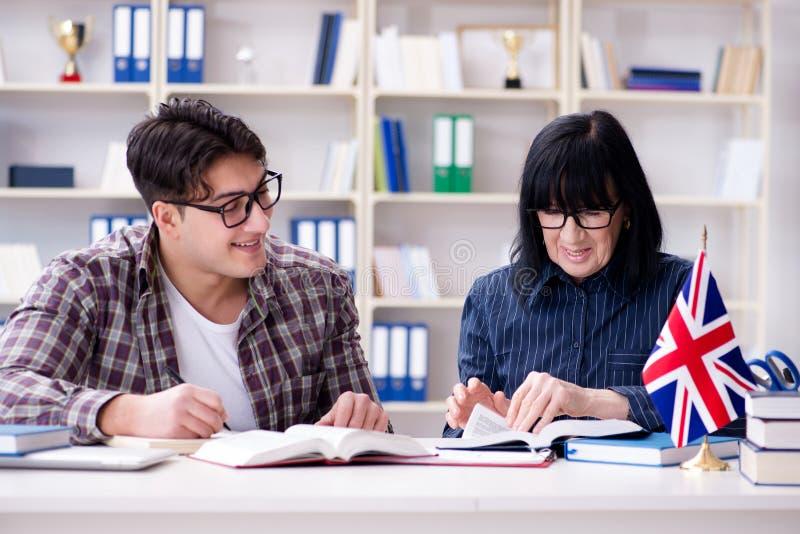 在英语教训期间的年轻外国学生 库存照片
