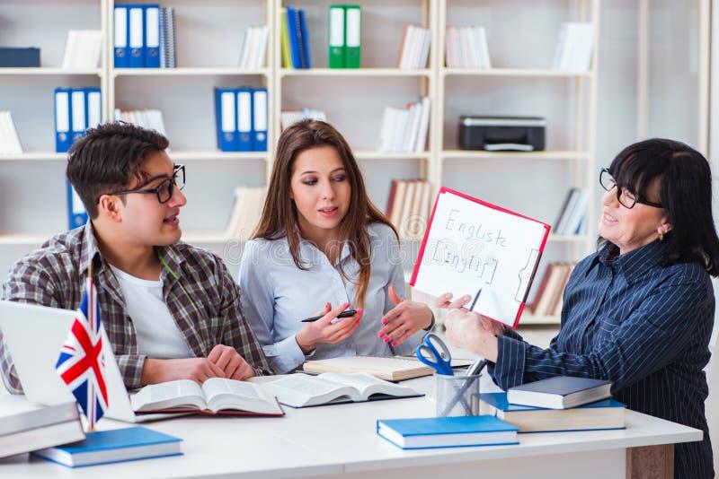 在英语教训期间的年轻外国学生 免版税库存照片