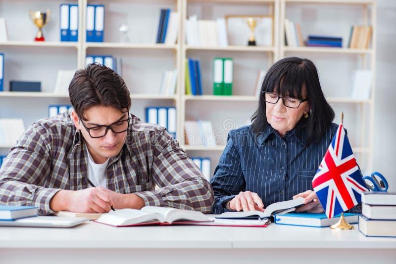 在英语教训期间的年轻外国学生 免版税库存图片