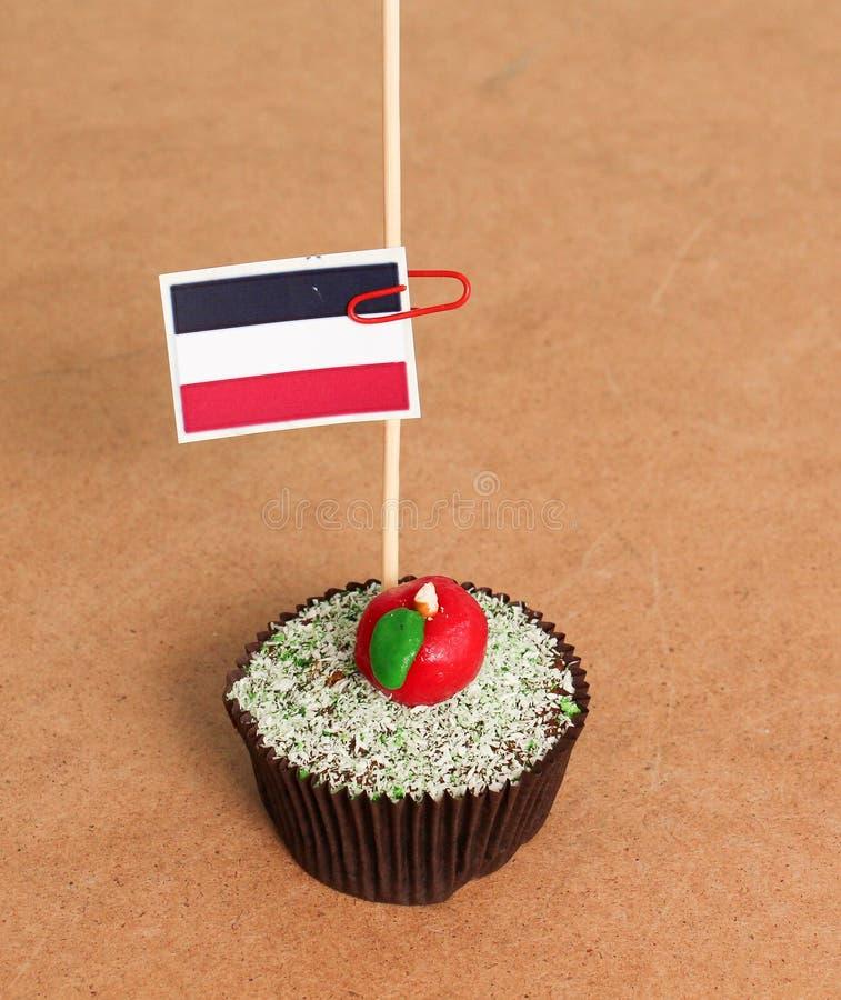 在苹果杯形蛋糕的也门旗子 库存图片
