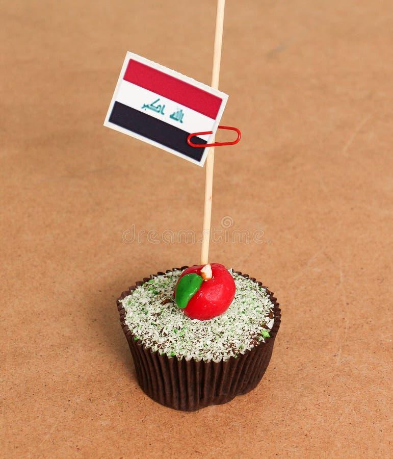 在苹果杯形蛋糕的伊拉克旗子 免版税库存图片