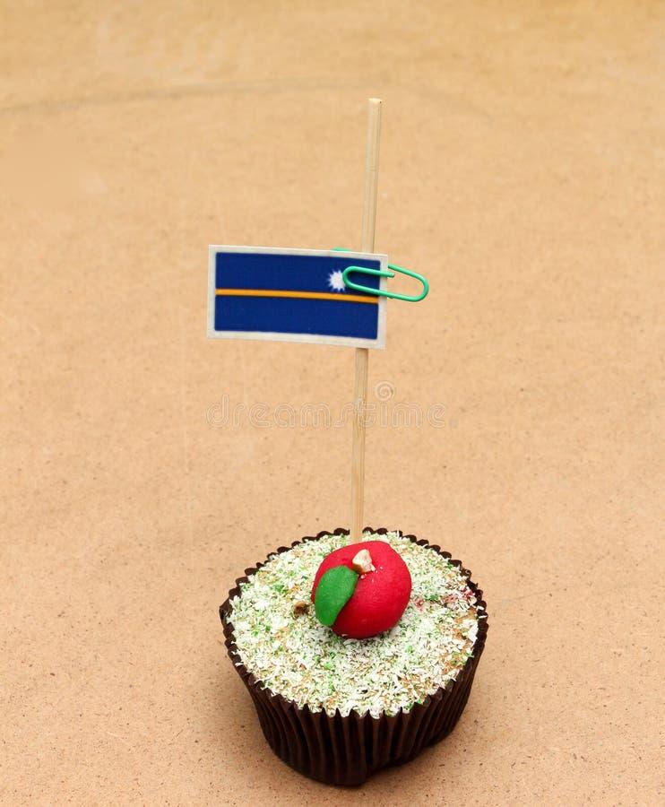 在苹果杯形蛋糕的旗子,瑙鲁 库存照片