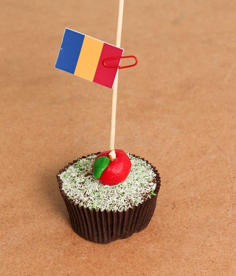 在苹果杯形蛋糕的罗马尼亚旗子 库存图片