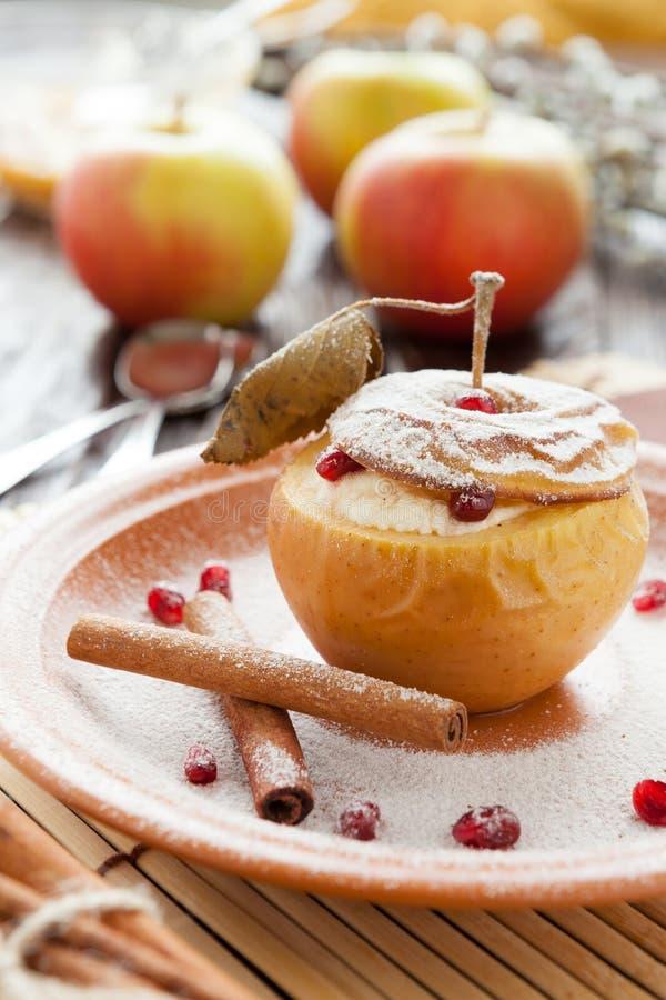 在苹果烘烤的酸奶干酪用桂香 库存图片