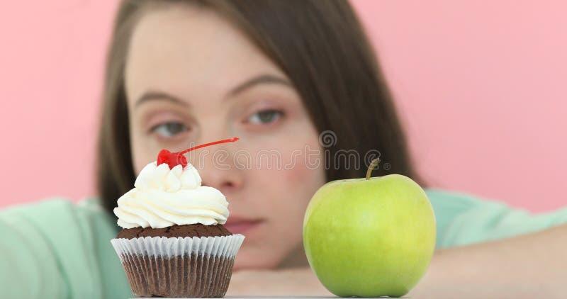 在苹果蛋糕之间的挑选女孩 库存图片