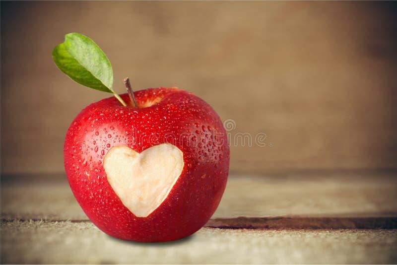 在苹果计算机的心脏形状 免版税库存图片