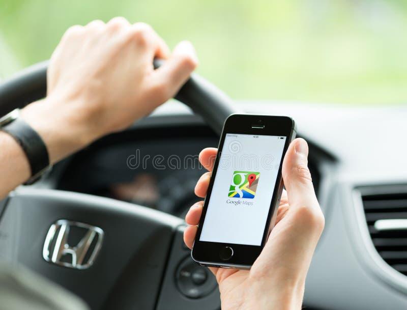在苹果计算机iPhone的Google Maps应用 免版税库存照片