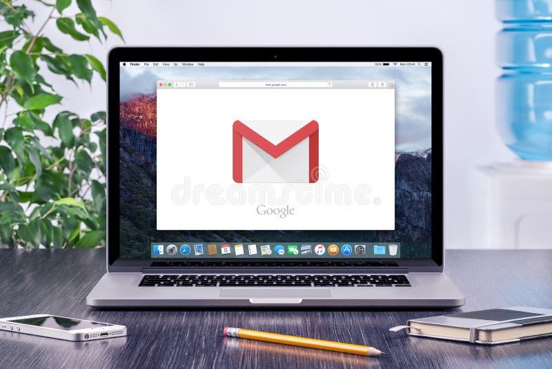 在苹果计算机MacBook显示的谷歌Gmail商标在办公室工作场所 库存照片