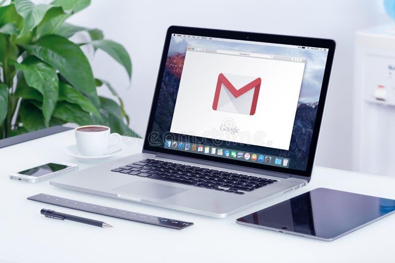 在苹果计算机MacBook显示的谷歌Gmail商标在办公桌上 库存照片