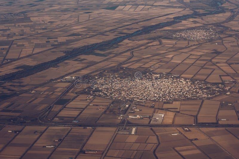 在茫茫荒野中村庄的鸟瞰图 免版税库存照片