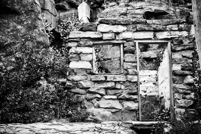 在茫茫荒野中老被放弃的石结构 免版税库存照片