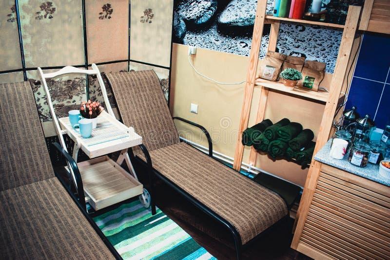 在茶和躺椅背景的花  图库摄影