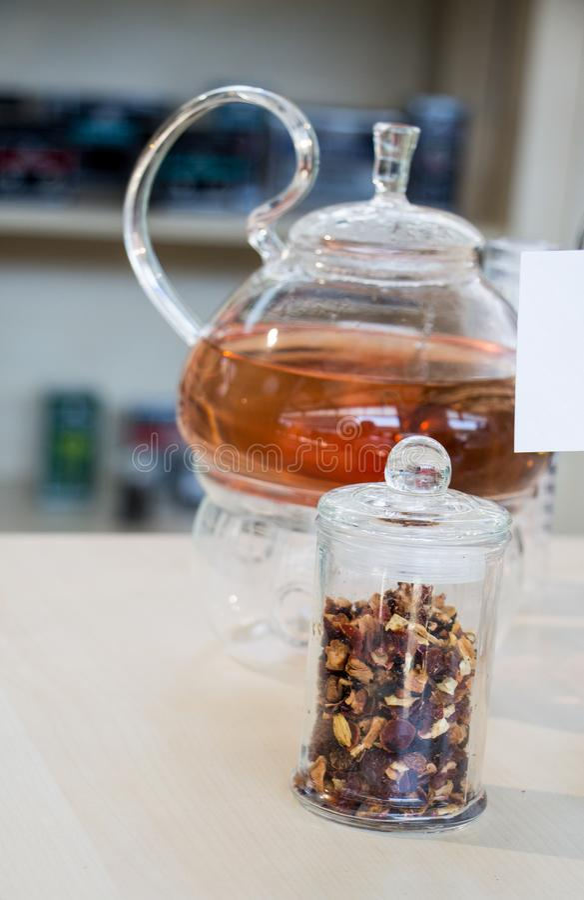 在茶壶的清凉茶和瓶的茶厂 免版税库存图片