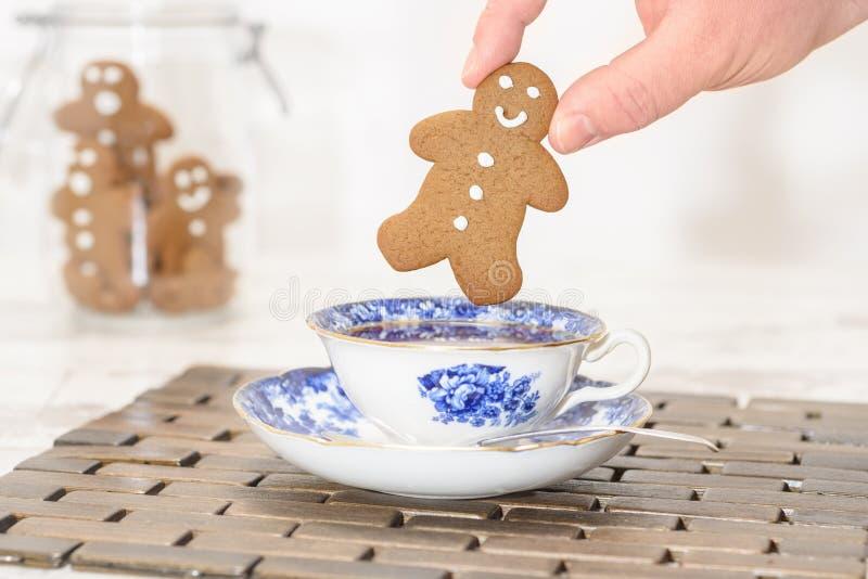 在茶杯的姜饼 免版税库存图片