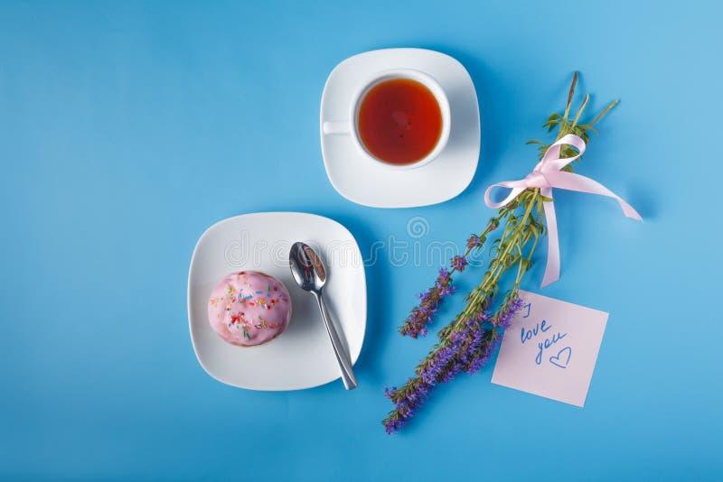 在茶碟的五颜六色的松饼 与消息的笔记 免版税库存图片