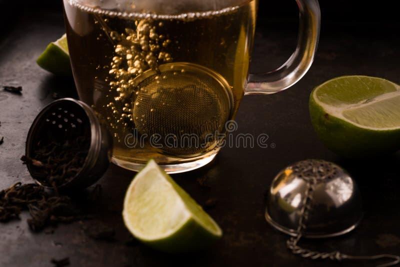 在茶酿造过程中的倾吐的热水 免版税图库摄影