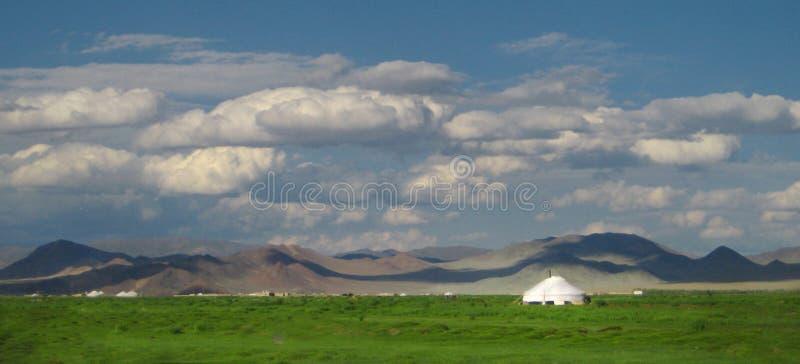 在草原的蒙古yurts 免版税库存图片