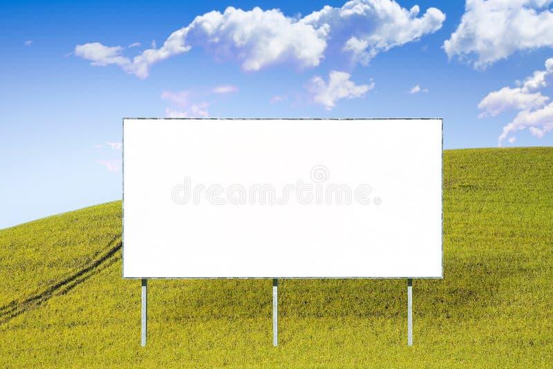 在草地浸没的一个空白的广告广告牌 免版税图库摄影