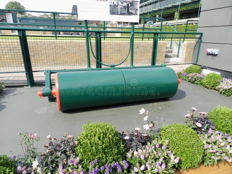 在草地网球场使用的老路辗 所有英国草地网球运动和槌球俱乐部 Wimbledon,英国 图库摄影