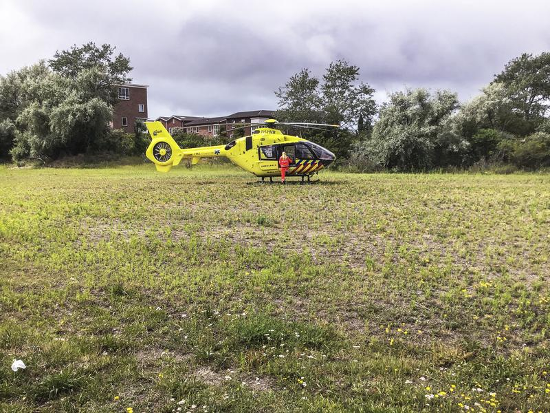 在草坪登陆的创伤直升机 图库摄影