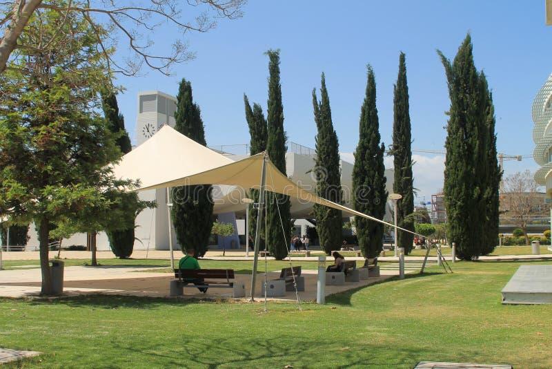 在草坪的太阳避难所在大学里 免版税库存照片