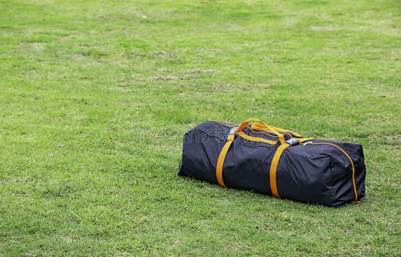 在草坪的背包帐篷 图库摄影