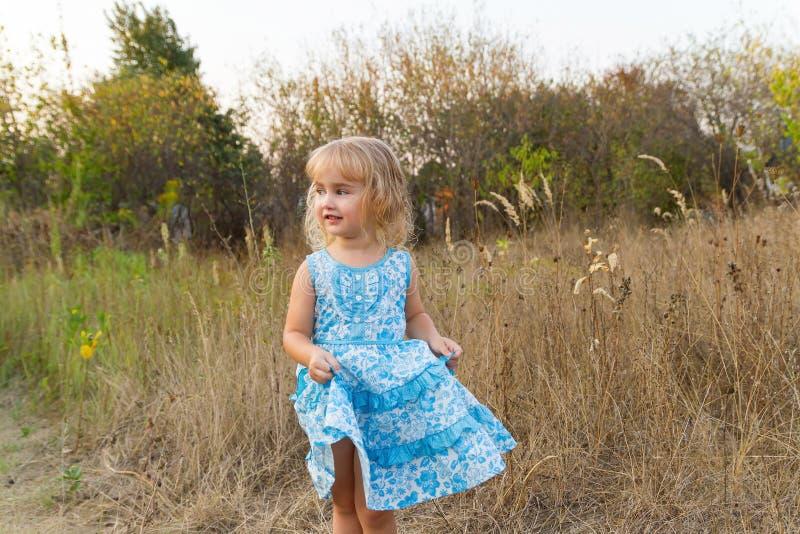 Download 在草坪的滑稽的女孩跳舞 库存照片. 图片 包括有 移动, 白种人, 牧场地, 有效地, 横向, 童年, 子项 - 59106610
