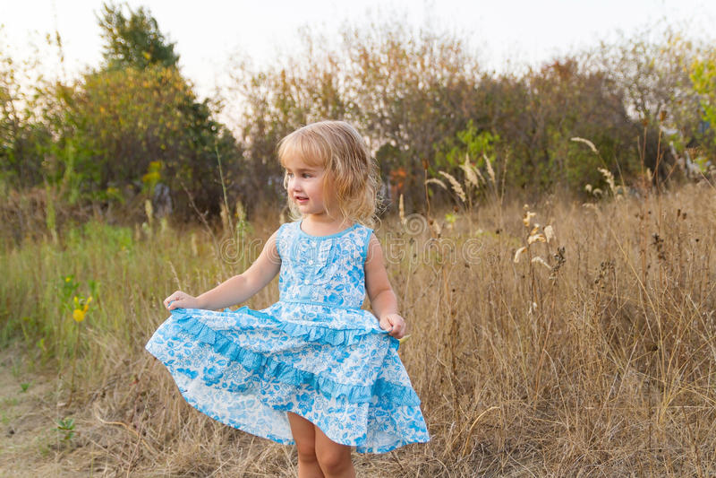 Download 在草坪的滑稽的女孩跳舞 库存图片. 图片 包括有 小牧场, 绿色, 女孩, 乐趣, 享受, 牧场地, 白种人 - 59106615
