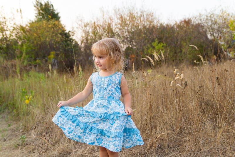 Download 在草坪的滑稽的女孩跳舞 库存照片. 图片 包括有 室外, 外面, 白种人, 牧场地, 放血, 草甸, 孩子 - 59106628