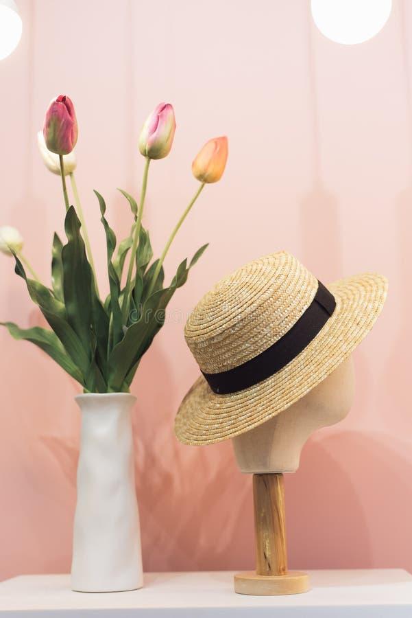 在草帽的时装模特头 库存照片