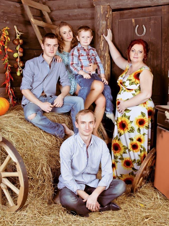 在草料棚的愉快的家庭 免版税库存照片
