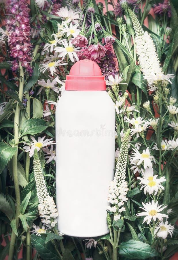 在草本和花背景,顶视图的草本化妆产品瓶 Skincare,健康,自然化妆用品 图库摄影
