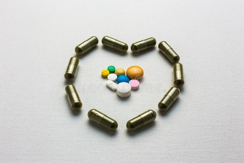 在草本胶囊心脏安置的医学药片塑造 免版税库存图片