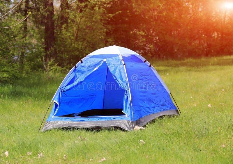 在草甸的旅游帐篷 免版税库存照片