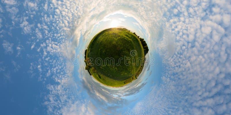 在草甸的日落一点行星全景 库存照片