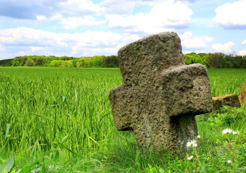 在草甸的石十字架 图库摄影