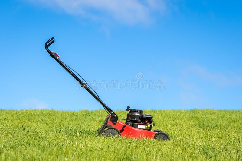 在草的割草机 免版税库存图片