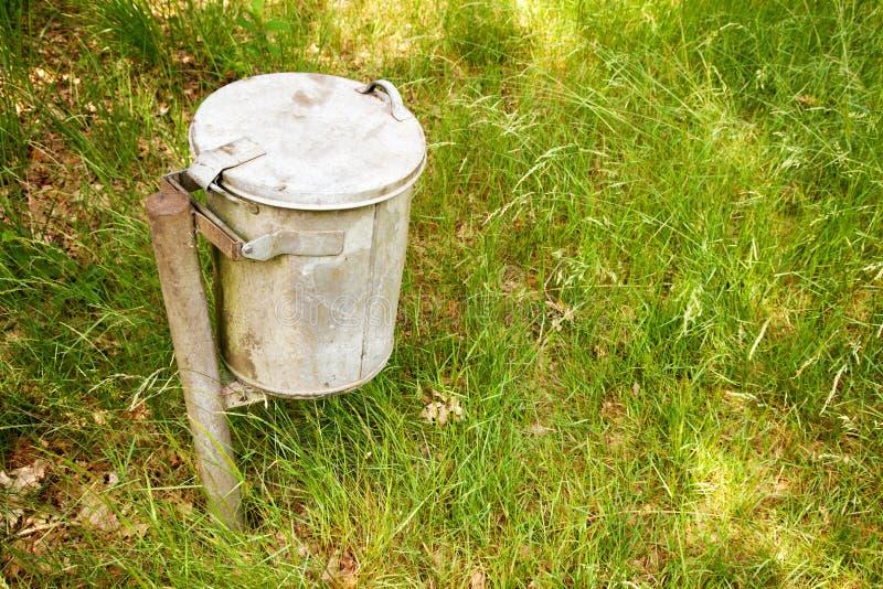 在草的垃圾桶 免版税库存图片
