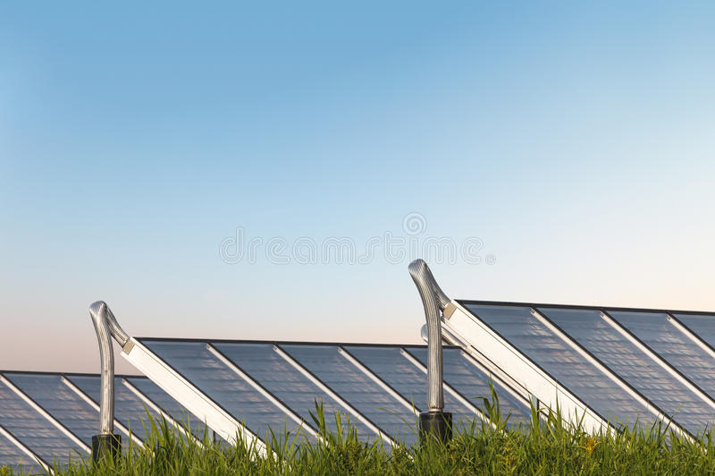 在草的太阳水加热系统 免版税库存照片